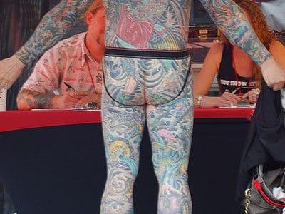 член в анусе с татуировкой кончил, смотря