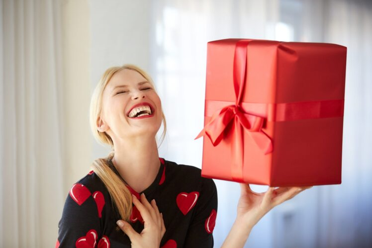 10 Best Personalized Gift Ideas for Her – 2021 Guide