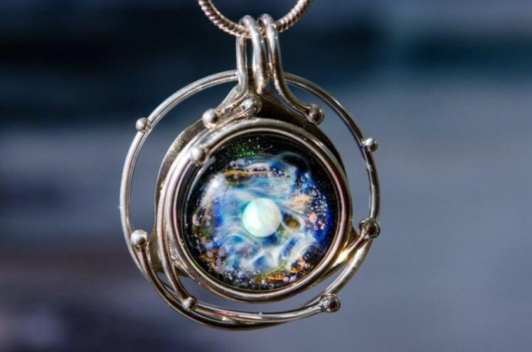 What is Cremation Jewelry? – 2021 Guide